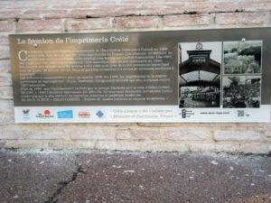 Plaque sous le fronton de l'imprimerie Crété financée par l'Asso MPV